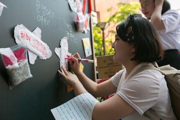 10년 만에 돌아온 월경페스티벌. 여성환경연대 등의 주최로 2018년 5월26일 서울 영등포구 하자센터에서 열린 '2018 월경페스티벌'에 참여한 한 참가자가...