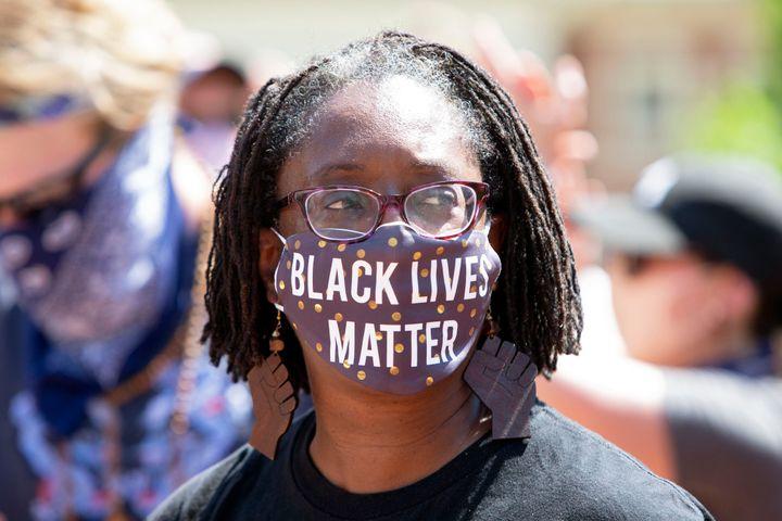 """Lisa Woolfork porte un masque """"Black Lives Matter"""" pendant une manifestation contre le racisme à Charlottesville (Virginie), le 30 mai 2020. (Photo by Ryan M. Kelly / AFP)"""