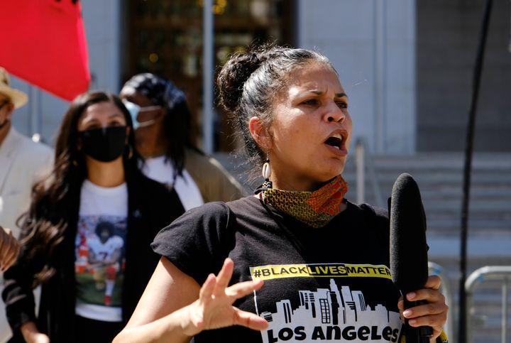 """Melina Abdullah Melina Abdullah participe à la marche """"Black Lives Matter"""" organisée en août 2020 à Los Angeles (Californie) (AP Photo/Richard Vogel, File)"""