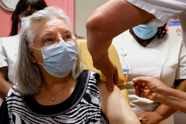 Mauricette, 78 ans, a été la première Française à recevoir la première injection du vaccin Pfizer/BioNTech,...