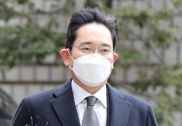 이재용 삼성전자 부회장은 '국정농단' 사건 파기환송심에서 징역 2년6개월을 선고받아