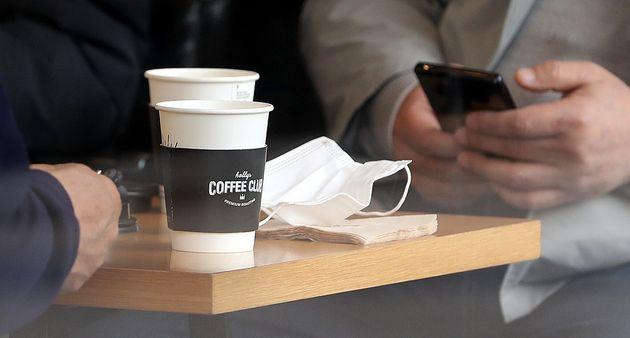 (자료사진) 코로나19 여파로 일회용품 사용이 한시적으로 허용된 서울시내의 한 커피전문점 매장내에서 고객들이 일회용컵을 사용하고