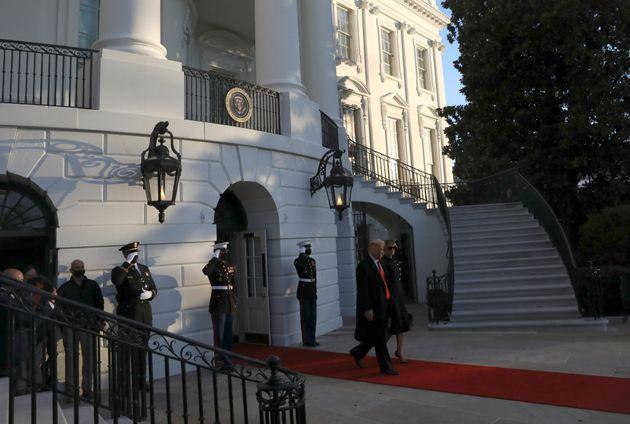 Donald Trump e la moglie Melania lasciano la Casa