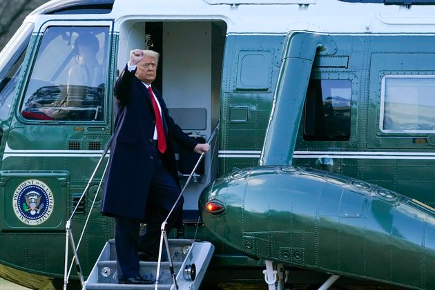Trump se va de la Casa Blanca en un helicóptero, para coger el Air Force One que le lleva hasta...