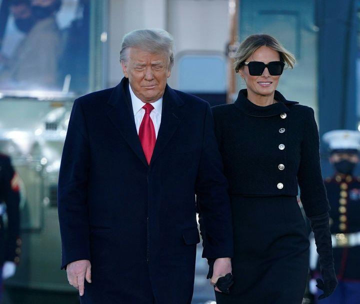 Melania sonríe después de abandonar la Casa Blanca.