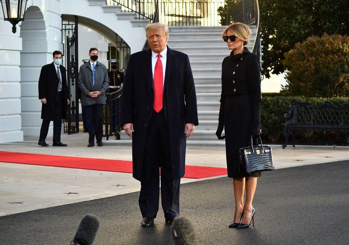 Donald y Melania Trump atienden a los periodistas a su salida a la Casa Blanca.