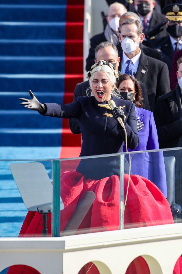 Lady Gaga canta l'inno americano. Emoziona tutti all'inaugurazione di Joe Biden alla