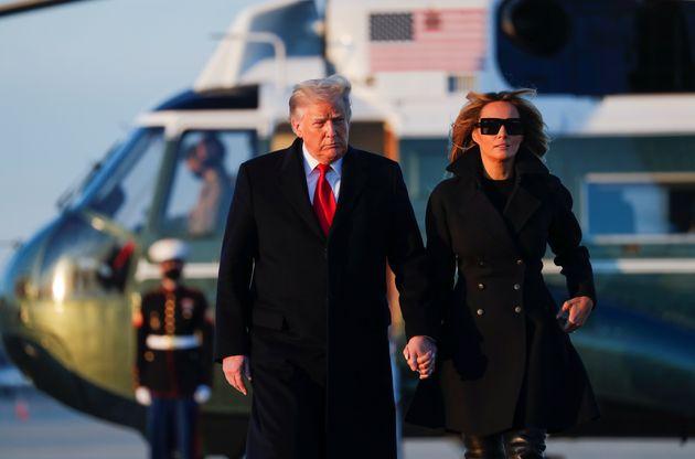 Donald Trump et sa compagne Melania Trump arrivant à Joint Base Andrews dans le Maryland, le mercredi...