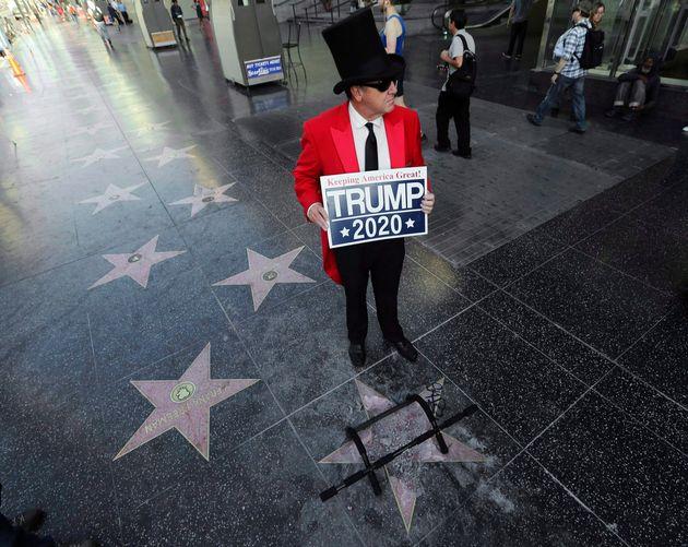 Un partisan de Donald Trump se tient à côté de l'étoile vandalisée...