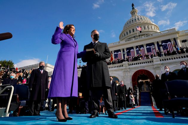 宣誓するカマラ・ハリス副大統領