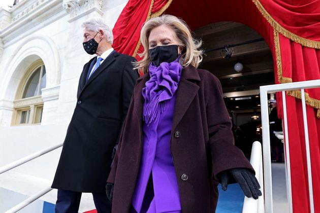 ヒラリー・クリントン元国務長官も明るい紫のパンツスーツ姿だった。