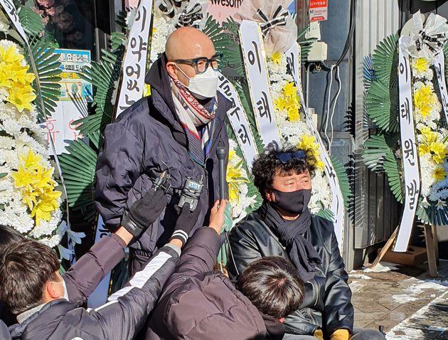 이태원 관광특구협회와 이태원 상인회 등에 속한 자영업자들이 9일 서울 용산구 이태원역 인근 세계음식거리에서 정부를 향해 방역수칙 재검토를