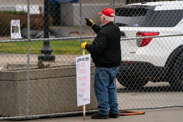 John Hess, un partisan de Donald Trump, tient une pancarte en manifestant mercredi au Capitole de l'État...