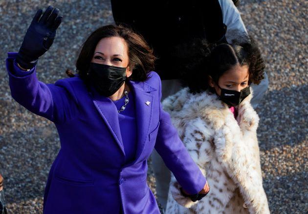 La vicepresidenta Kamala Harris, con su sobrina nieta Amara Ajagu, durante el desfile de investidura...