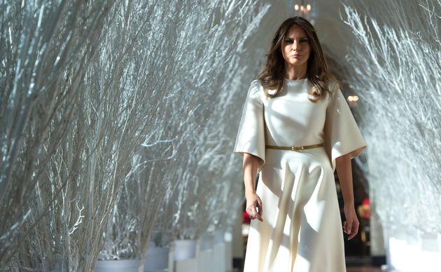 Melania Trump rompe la tradizione: non scrive i ringraziamenti allo staff, li firma solo