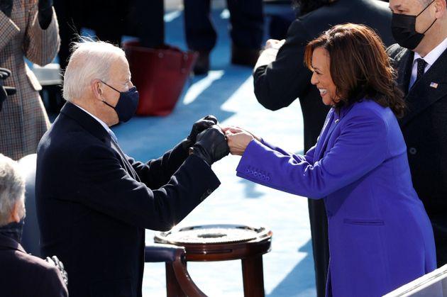 Biden y Harris se saludan instantes antes de jurar el