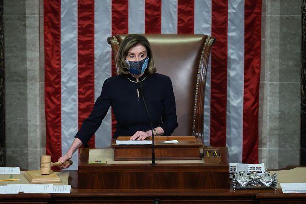 La presidenta de la Cámara de Representantes, Nancy Pelosi, certifica que la mayoría del...