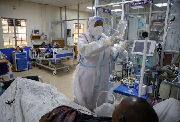 Une unité de soin intensif dans un centre dédié aux malades du Covid à Nairobi...