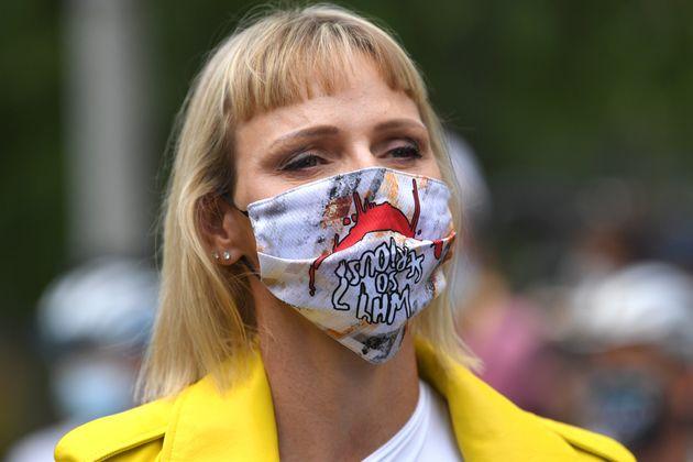 조커의 대사가 적히 마스크를 착용한 샤를린
