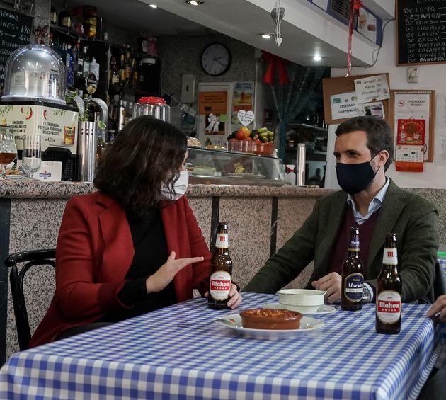 Isabel Díaz Ayuso y Pablo Casado en un bar de