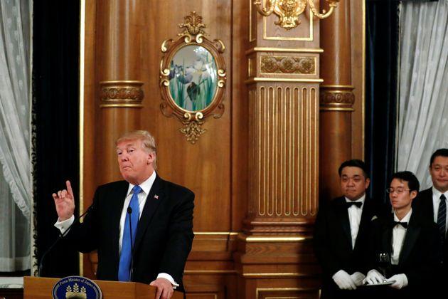 東京で開かれた安倍晋三首相(当時)との夕食で、トランプ氏のためのダイエットコーラを準備して待つウェイター(2017年11月6日)