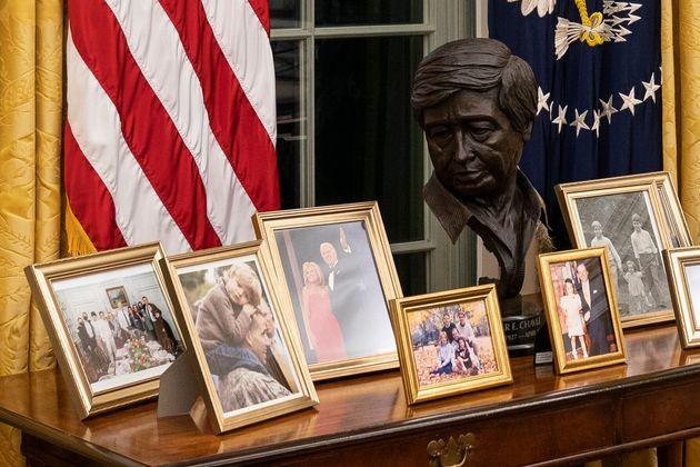 執務机の後ろに飾られた、セザール・チャベス氏の胸像とバイデン氏の家族写真