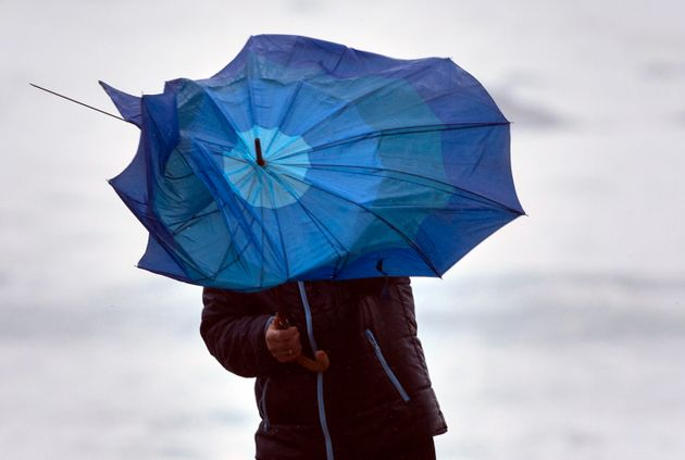 Un hombre pelea con un paraguas azotado por el viento en Baiona (Pontevedra), en una imagen de