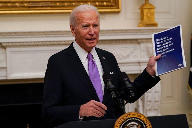 Joe Biden sostiene un dossier con su plan de choque contra el coronavirus, esta madrugada, en la Casa