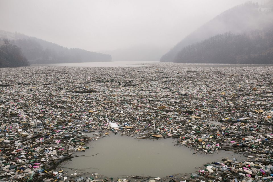 Φωτογραφία που τραβήχτηκε στις 8 Ιανουαρίου 2021, στη λίμνη Potpecko της δυτικής Σερβίας.