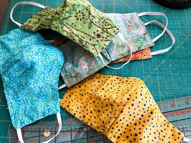 Comment faire le tri entre les masques en tissu recommandés et les autres? (Photo d'illustration...