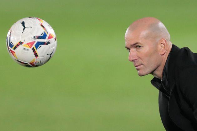 El entrenador del Real Madrid, Zinedine Zidane, el 28 de noviembre de 2020 durante un encuentro entre...