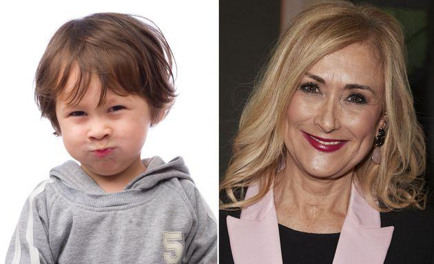 Un niño pequeño, a la izquierda, y Cristina Cifuentes, a la