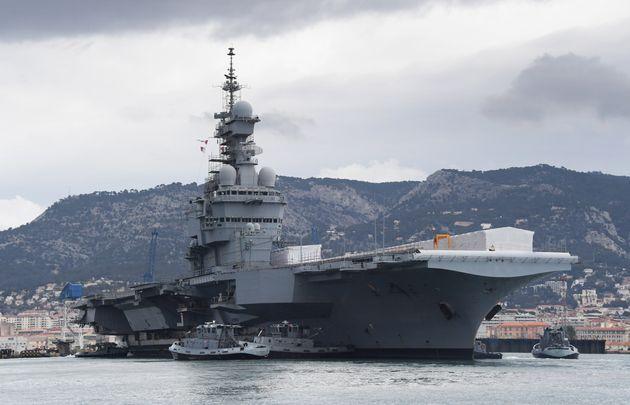 Le porte-avions Charles-de-Gaulle le 8 février 2017 près de Toulon(Photo by ANNE-CHRISTINE POUJOULAT...
