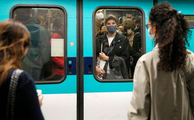 Des passagers dans le métro à Paris, le 7 octobre