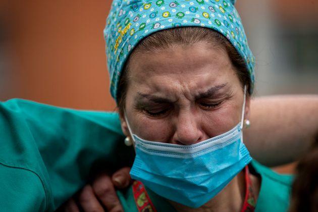 Una sanitaria rompe a llorar a la puerta de su