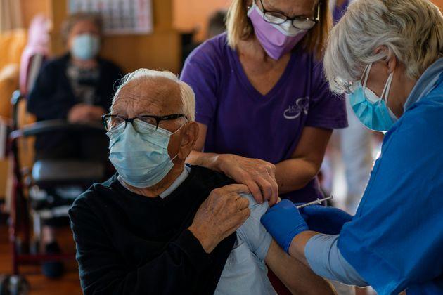 Un résident de maison de retraite se fait vacciner contre le Covid-19 à Barcelone....