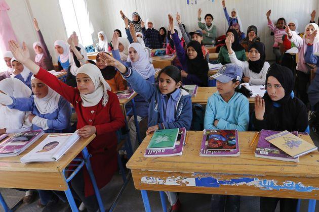 ヨルダンの難民キャンプで教育を受けるシリア難民の子どもたち(2015年3月11日)