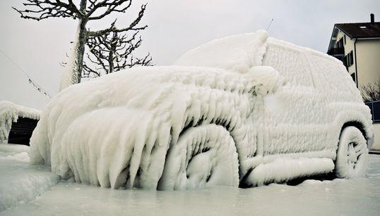 寒い雪の日に、車の中に残さない方がいい7つのものとは?