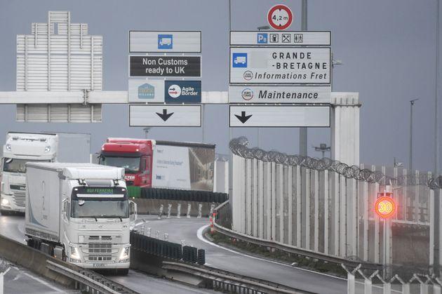 À la frontière entre le Royaume-Uni et la France, les routiers doivent désormais présenter un test négatif au covid-19 aux autorités françaises (image d