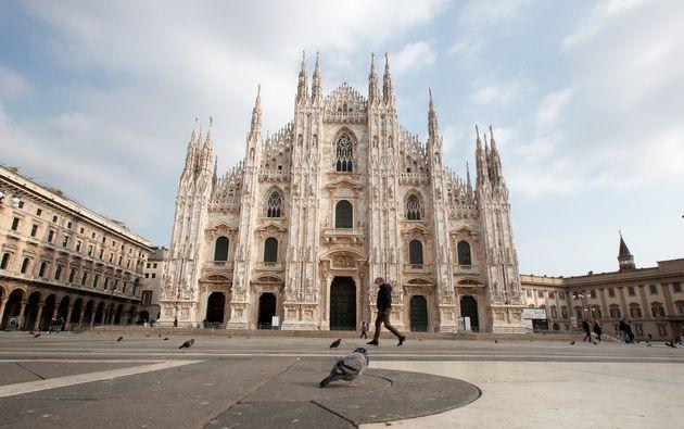 Un homme marchant devant la cathédrale de Milan, en Lombardie, le 6 novembre 2020 (AP Photo/Antonio