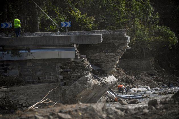 Un pont effondré à Tende, dans la Vallée de la Roya, le 7 octobre 2020 (Photo by CHRISTOPHE SIMON /
