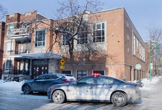 Une voiture de police est stationnée à l'extérieur d'une synagogue dans un quartier...