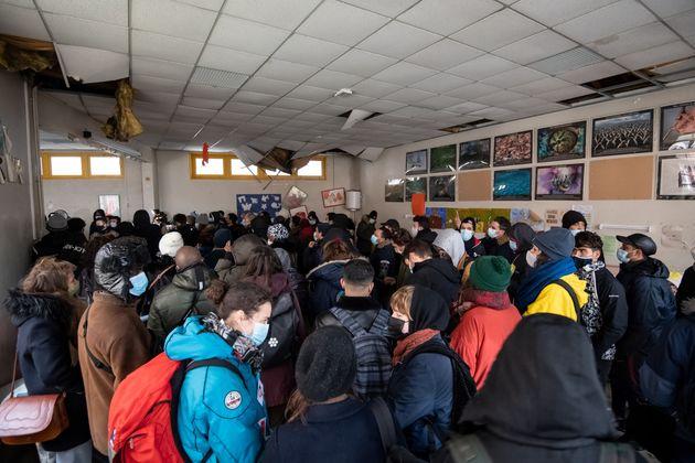 Des migrants ont occupé une ancienne école dans le XVIe arrondissement de Paris, le 24...