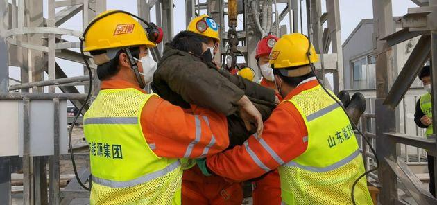 Cina: salvi 11 dei 22 minatori intrappolati da 15