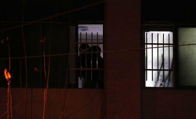 25일 IEM국제학교에 관계자들로 보이는 사람들이 창가에 서
