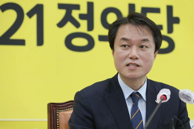 정의당 김종철 대표가 20일 서울 여의도 국회에서 열린 신년기자회견에서 취재진들의 질문에 답하고 있다.