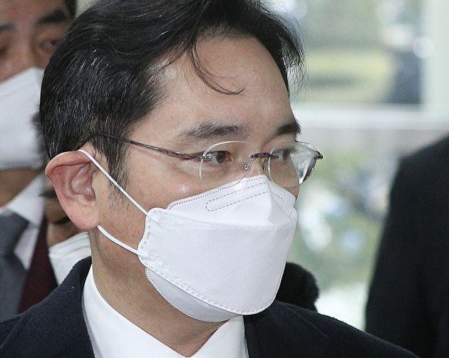 이재용 삼성전자 부회장이 18일 오후 서울 서초구 고등법원에서 열린 '국정농단' 사건 파기환송심 선고 공판에 출석하고