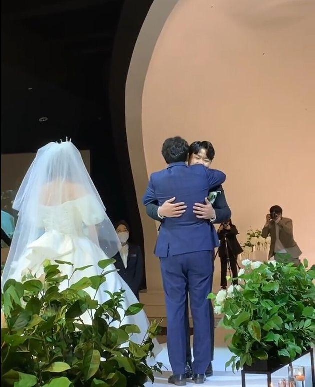 코미디언 김영희는 '짝사랑 임우일' 손을 잡고 결혼식장에
