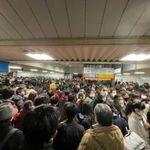 JR西船橋駅、一時人がごった返す「ここ1年で1番密」。線路立ち入りによる運転見合わせの影響で
