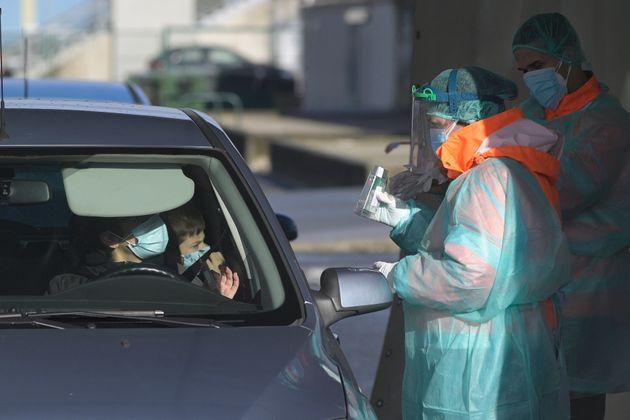 Varios sanitarios atienden a personas en un coche en